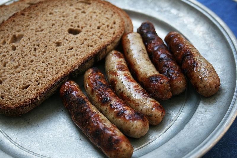 Werden gern auf einem Zinnteller serviert, wahlweise mit Schwarzbrot, Kraut oder Kartoffelsalat: Nürnberger Bratwürste.