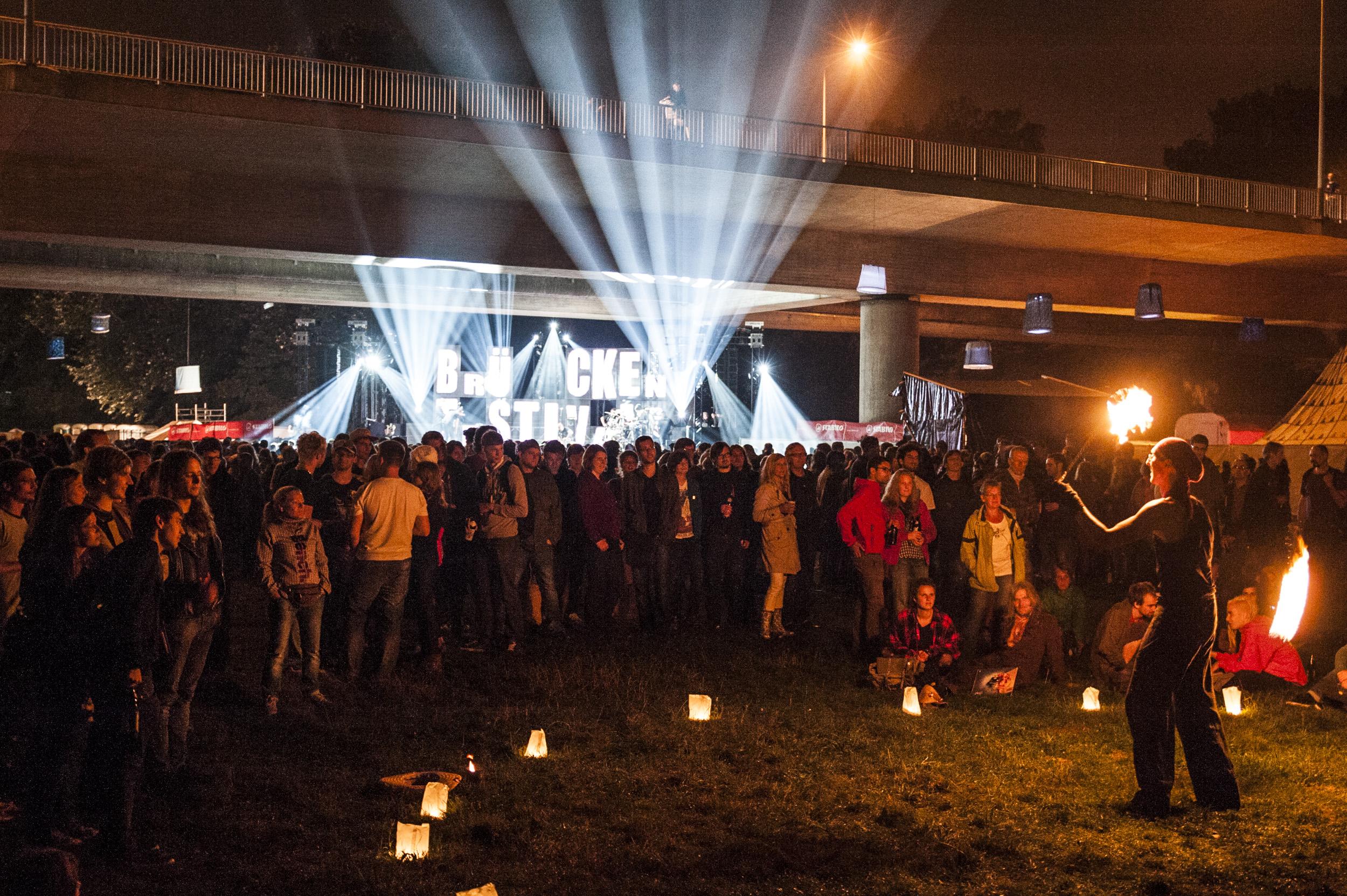 """Poetry-Slams, Comedy oder wie hier Feuerspektakel: Das Brückenfestival hat mehr zu bieten als """"nur"""" Musik."""