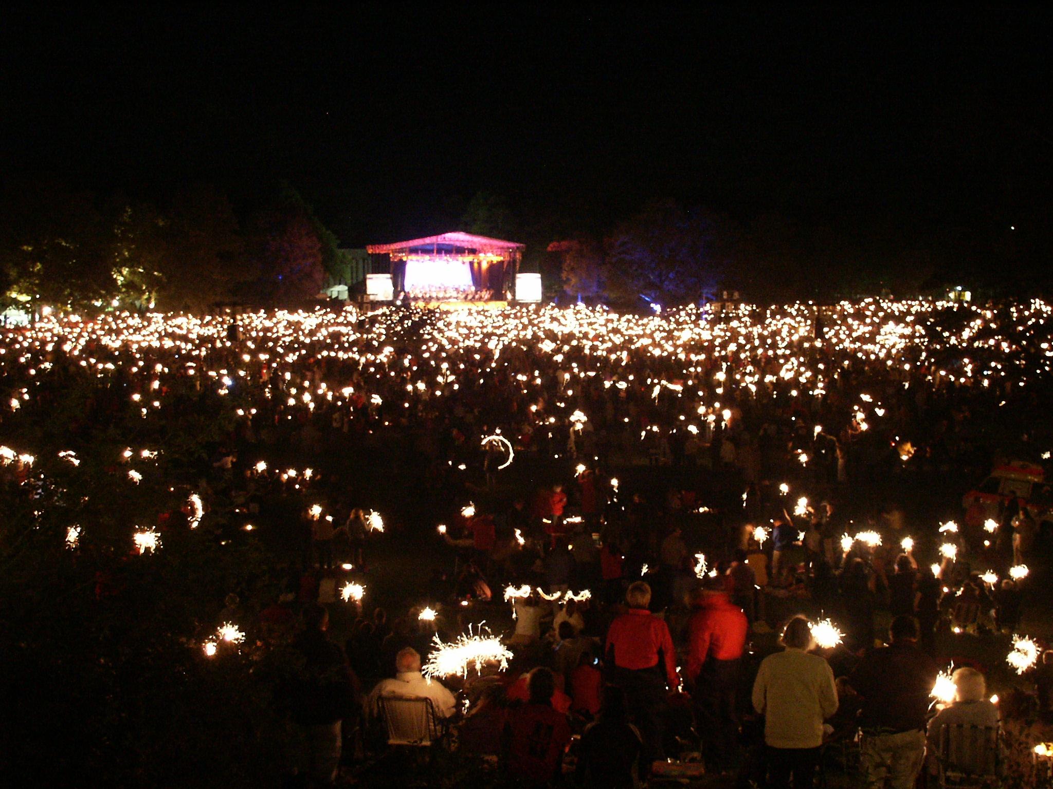 Gänsehautstimmung: Wenn es dunkel wird brennen die Besucher Wunderkerzen ab.