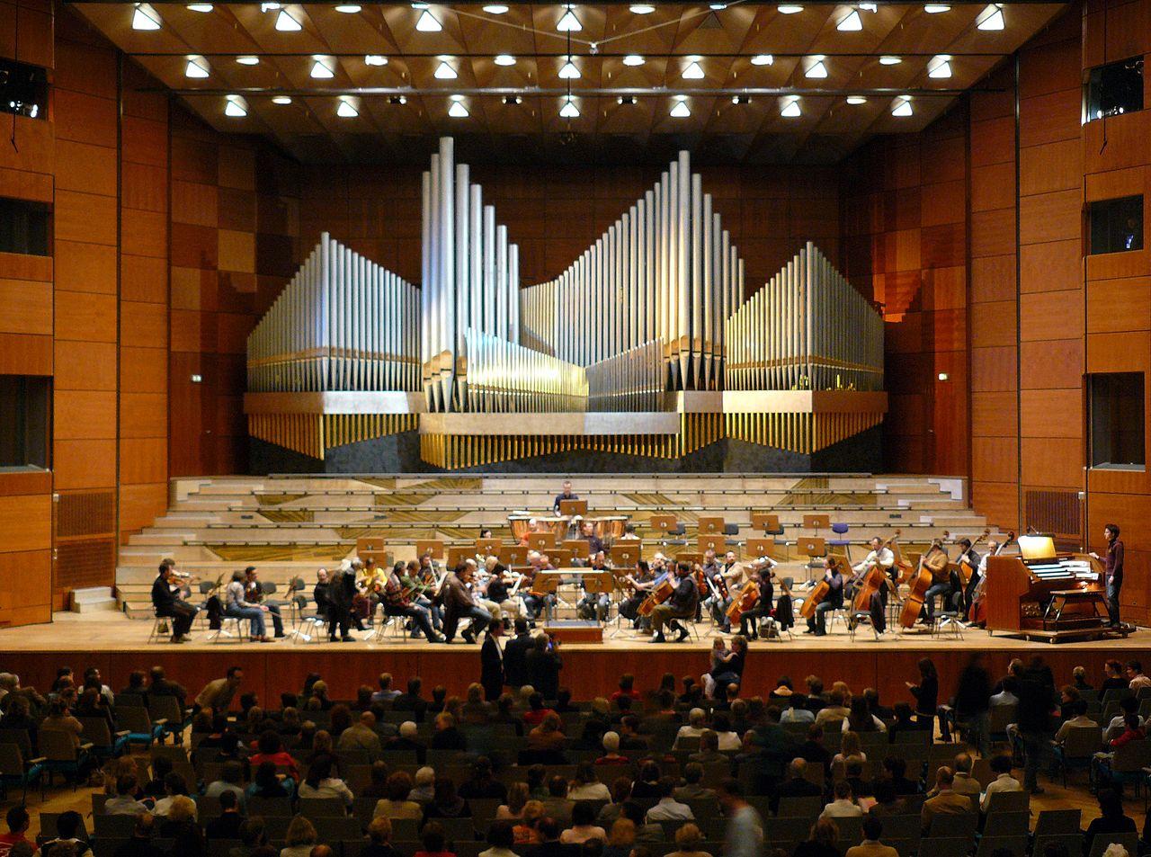 Im Großen Saal fällt der Blick sofort auf die große Steinmeyer-Orgel.