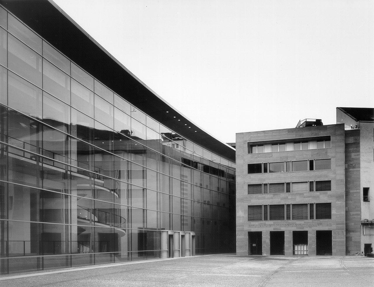 Das Neue Museum Nürnberg und seine 100 Meter lange, sanft geschwungene Fassade.