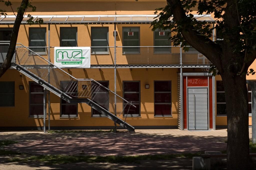 Hier, in einem Hintergebäude in der Fürther Straße, befindet sich im Obergeschoss die Musikzentrale, im Erdgeschoss der dazugehörige MUZ-Club.