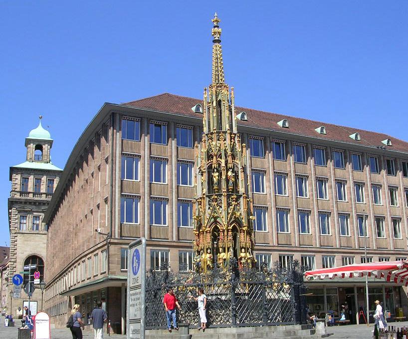 Nürnberger Wahrzeichen und beliebtes Foto-Motiv: der Schöne Brunnen am Hauptmarkt.