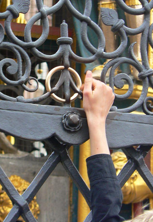 """Angeblich die """"Touristen-Version"""": der goldene Ring (übrigens aus Messing) an der Süd-West-Seite des Schönen Brunnens."""
