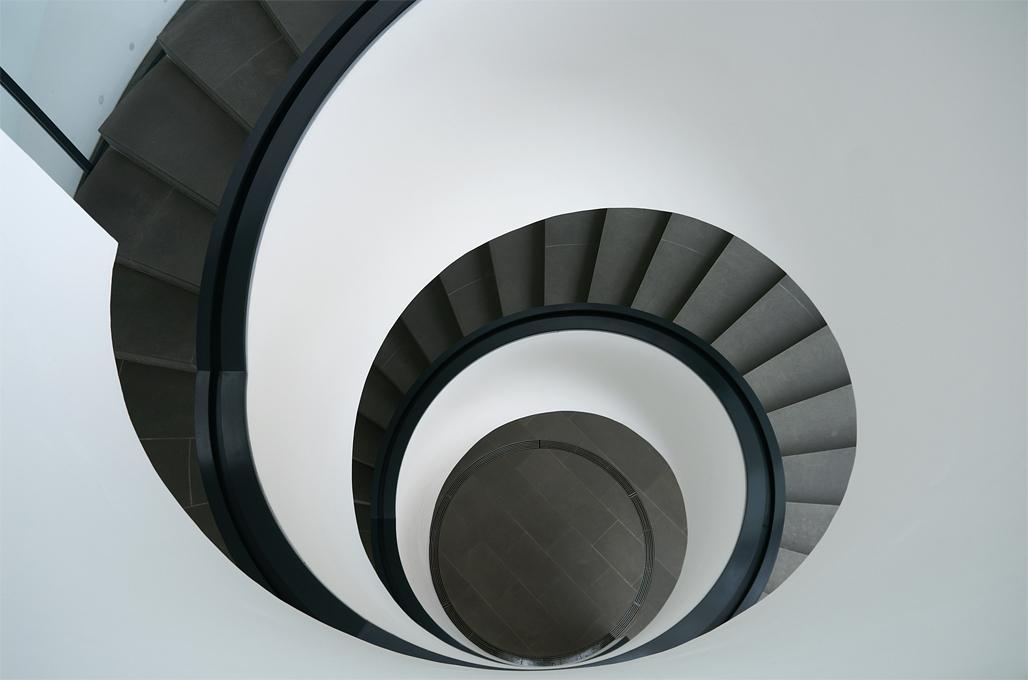Über die auffällige Wendeltreppe gelangt man in die verschiedenen Stockwerke und Ausstellungsräume.